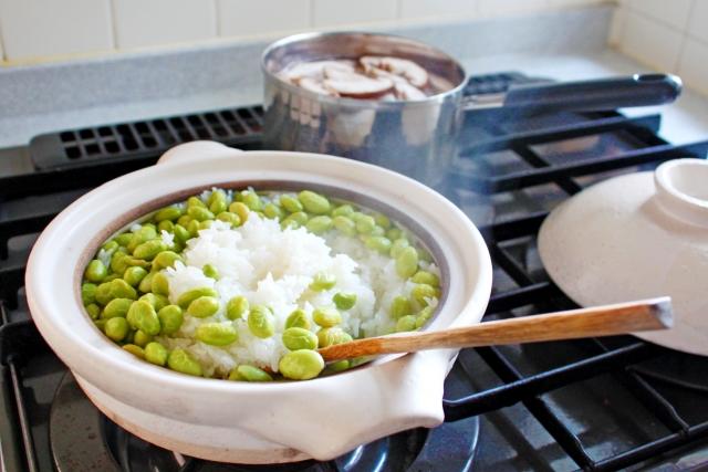 緑が鮮やかな枝豆ごはん